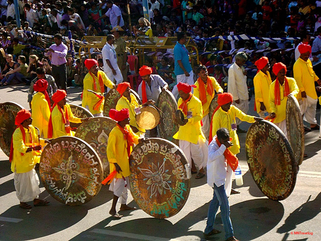 Cultural-events-during-the-procession-for-Mysore-Dasara