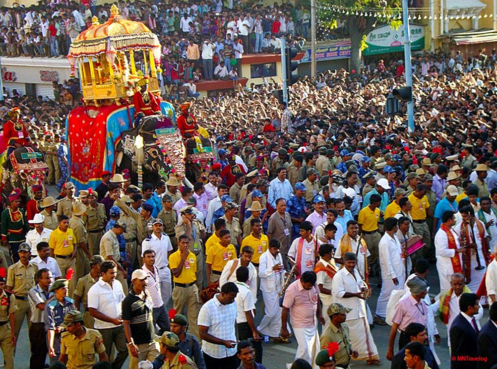 Dasara-festival-in-Mysore,-crowd-going-crazy