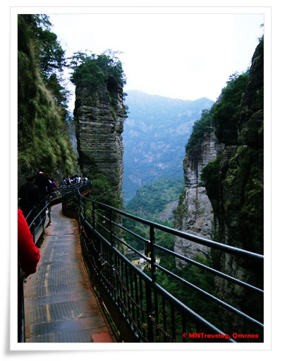 Passage-around-Xiao-Long-Pool,-YanDang-Mountain,-China,-MNTravelog