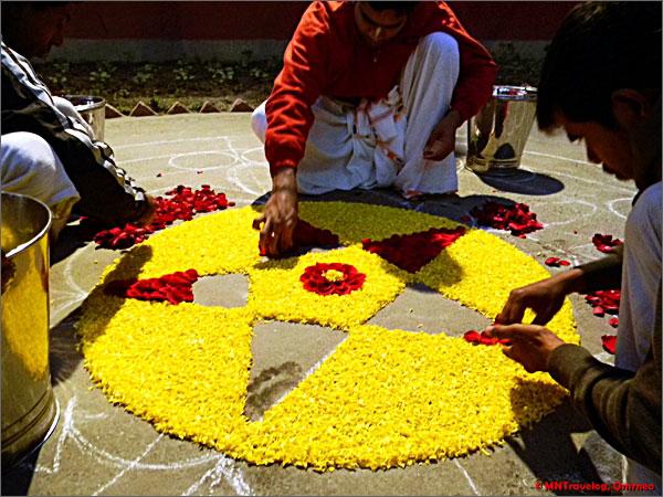 Sri-Mayapur-devotees-decorating-for-Sandhya-arati-mntravelog